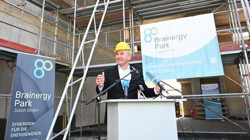 Zu Besuch im Rheinischen Braunkohlerevier: Minister Pinkwart überzeugt sich von den Fortschritten und innovativen Vorhaben im Kontext des Strukturwandels (hier im Brainergy Park Jülich).
