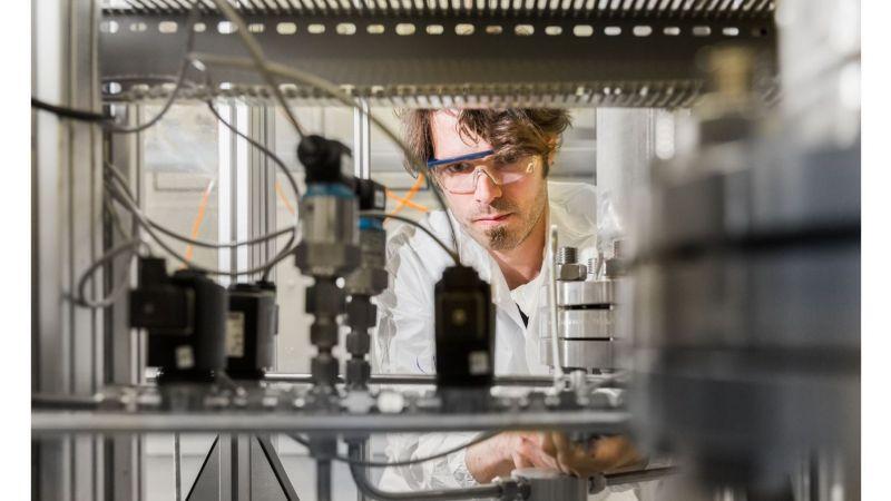 Mit Gasprozesstechnik arbeiten die Forscher am Zentrum für BrennstoffzellenTechnik in Duisburg an der Mobilität der Zukunft.