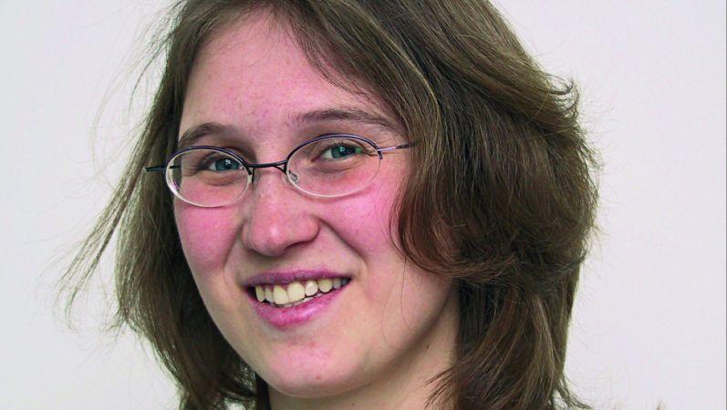 Portraitbild von Dr. Karin Arnold. Sie hat dunkle kinnlange Haare und eine ovale Brille.