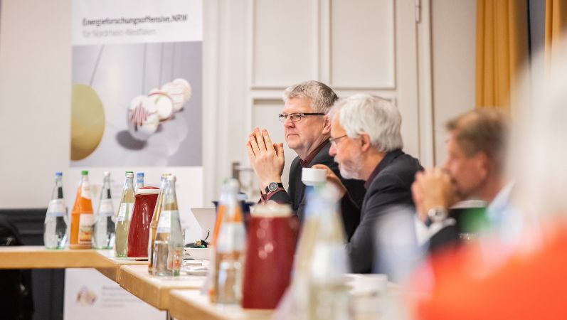 Die Teilnehmer des dritten Energieforschungsdialogs diskutieren über die Zukunft der Energieforschung in NRW.