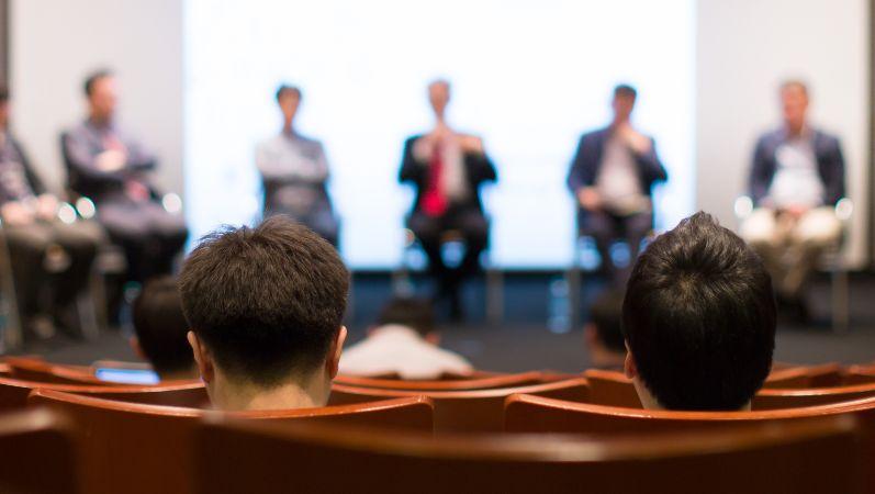 Zuhörer bei einer Plenarveranstaltung.